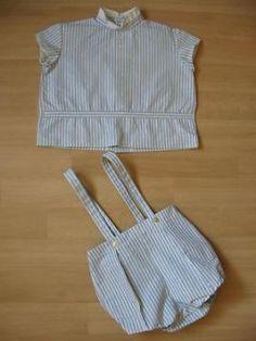 Lief klassiek vintage jongens baby setje met tuniekje en korte broek met bretels, maat 86. Tuniekje heeft 2 schetige kleine sierknoopjes op de voorkant, wit gevoerde mouwtjes en wit kraagje.
