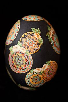 Pysanki are extraordinary art form from the Ukraine in which eggs decorated using a wax resist technique. Ukrainian Easter Eggs, Ukrainian Art, Egg Crafts, Easter Crafts, Egg Shell Art, Egg Designs, Faberge Eggs, Egg Art, Egg Decorating