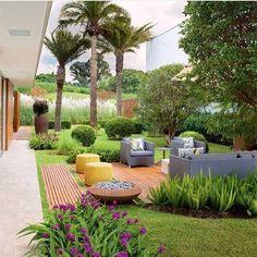 Bom dia sexta!!! Lounge no deck de madeira envolto ao belo paisagismo, lindo lindo!!! #garden #landscape #paisagismo #house #lounge #arquitetura #instaarch #homedecor #residence #photo #glamourama #arquiteta #design #architect #jardim #fabiarquiteta #fabiarquitetainspira