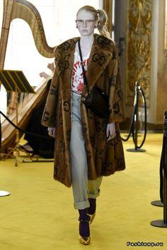 The complete Gucci Resort 2018 fashion show now on Vogue Runway. Gucci Fashion, Fashion 2018, Runway Fashion, High Fashion, Couture Fashion, Vogue Paris, Moda Punk Rock, Rock Vintage, Gucci 2018