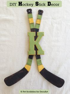 DIY Hockey Stick Decor – Laura @ Pet Scribbles DIY Hockey Stick Decor These vintage-looking hockey sticks started out as plastic toy hockey sticks! Such a cool DIY as ice hockey season gets underway! Hockey Birthday Parties, Hockey Party, Hockey Stick Crafts, Craft Stick Crafts, Ice Hockey Sticks, Decor Crafts, Kids Crafts, Craft Ideas, Hockey Girls