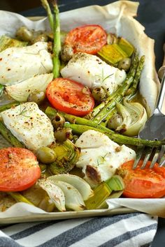 This Sheet Pan Mediterranean Cod is a quick and easy 20 minute hands-free dinner, loaded with veggies and perfect for the week. Mediterranean Seafood Recipe, Mediterranean Dishes, Cod Recipes, Seafood Recipes, Fish Recipes, Clean Eating, Healthy Eating, Kreative Desserts, Haddock Recipes
