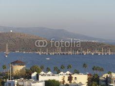 Bucht bei Bodrum am Mittelmeer mit kleinem Aussichtsturm in der Türkei