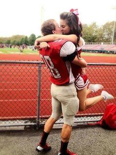 Típico de gringos... la capitana de porristas y el mariscal de campo Football Cheerleader Couple, Football Couples, Goals Football, Sports Couples, Football Cheerleaders, Football Boyfriend, Athletic Couples, Football Boys, Boyfriend Girlfriend