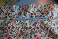 Den lille havtaske: Toilettaske med lomme DIY Purses And Bags, Patches, Quilts, Mini Bags, Sewing, Make Up, Tutorials, Decor, Scrappy Quilts