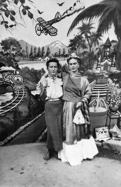 Jacqueline Lamba y Frida Kahlo, 1938 Frida E Diego, Diego Rivera Frida Kahlo, Frida Art, Natalie Clifford Barney, Nickolas Muray, Mexican Artists, Mo S, Oeuvre D'art, Great Artists