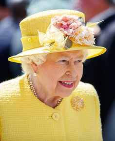 Queen Elizabeth II on Derby Day of the 2017 Investec Epsom Derby Festival at Epsom Racecourse, Epsom. Queen Elizabeth II on Derby Day. Queen Hat, Queen Outfit, Princess Anne, Princess Margaret, Prince Charles And Diana, Prince Philip, Commonwealth, The Queens Children, Roi George