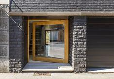 In beeld: Minimaal budget, maximaal effect Modern Entrance Door, Entrance Doors, Townhouse Designs, Small Towns, Building Design, Minimalism, Exterior, Windows, Ramen