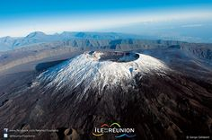 The summit of the Piton de La Fournaise snow-covered - Reunion Island Volcan Reunion, Voyage Reunion, Volcano Photos, Outre Mer, Ocean House, Active Volcano, Luxury Holidays, Cool Landscapes, Adventure Is Out There