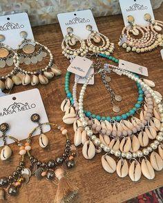 Do fundo do mar, pra um verão chique e com com muito estilo! Sea Jewelry, Seashell Jewelry, Seashell Necklace, Shell Necklaces, Diy Necklace, Diy Earrings, Jewelry Crafts, Beaded Jewelry, Handmade Jewelry