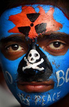 Un estudiante de la India con la cara pintada participa en una manifestación que conmemora el día que se arrojó la bomba atómica en Hiroshima, en Mumbai, India (Rafiq Maqbool/AP)