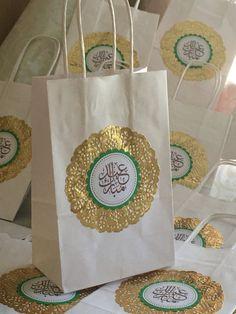 Make even more special gifts with these beautiful .- Faites des cadeaux encore plus spéciaux avec ces magnifiques sacs-cadeaux Eid Mubarak. M Make even more special gifts with these beautiful Eid Mubarak gift bags. Eid Gift Bags, Diy Eid Gifts, Eid Mubarak Logo, Eid Mubarak Gift, Umrah Mubarak, Diy Eid Decorations, Party Decoration, Iftar Party, Eid Party