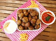 Italian meatballs - Perfect for spaghetti, or fingerfood at a party. Meatloaf Recipes, Meatball Recipes, Meat Recipes, Cooking Recipes, Cooking Ideas, Food Ideas, Healthy Recipes, Easy Delicious Recipes, Yummy Snacks