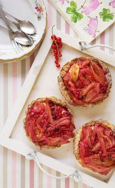 Heerlijke rabarbertaartjes: krokant bladerdeeg, een romige vulling met banketbakkersroom en daarbovenop een schep geroosterde rabarber en rode bessen.