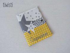 Protège carnet de santé jaune et gris avec prénom, motif étoile : Puériculture par tiwisti