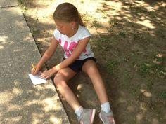Jamila még a járdán is kvízkérdéseket írt. (Volt lelkesedés, na!)