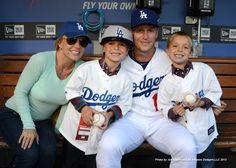 Britney Spears, seus filhos (Sean Preston e Jayden James) e o jogador de baseball Mark Ellis, do time Los Angeles Dodgers. (Abril 2013)