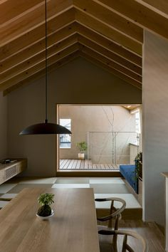 in Shogei House in Shogei is a minimalist home located in Shiga, Japan, designed by Hearth Architects.House in Shogei is a minimalist home located in Shiga, Japan, designed by Hearth Architects. Japan Interior, Japanese Interior Design, Modern Design, Japanese Living Rooms, Japanese House, Japanese Modern, Architect House, Architect Design, Minimalist Home