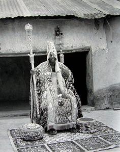 Africa | Yoruba Kings series: Oba Oyewusi, II, Olokuku of Okuku seated. | ©Ulli Beier