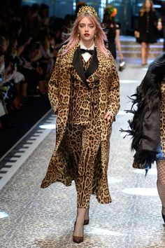 See all the Collection photos from Dolce & Gabbana Autumn/Winter 2017 Ready-To-Wear now on British Vogue Fashion Milan, Fashion 2017, Runway Fashion, High Fashion, Fashion Show, Fashion Design, Fashion Trends, Fashion Weeks, Leopard Fashion