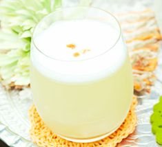 Sweet sour & summery - this fruity Peruvian cocktail is made with fresh mango and root ginger . Cocktails To Try, Cocktail Drinks, Alcoholic Drinks, Beverages, Pisco Sour, Chilean Recipes, Chilean Food, Sour Foods, Beach Drinks