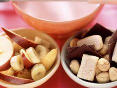 Rosa Joghurt-Fondue mit Obst, Schokolade und Keksen ist ein Rezept mit frischen Zutaten aus der Kategorie Dessert. Probieren Sie dieses und weitere Rezepte von EAT SMARTER!