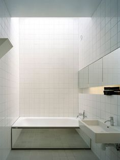 Be inspired by your tiles! We love this geometric, minimal bathroom design with bath mirror Modern Bathtub, Modern Bathroom, Minimalist Bathroom, Minimalist House, Minimalist Kitchen, Bad Inspiration, Bathroom Inspiration, White Bathroom, Small Bathroom