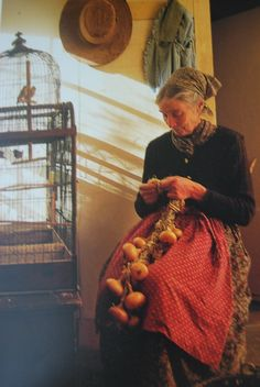 Tasha_Tudor_braiding_onions