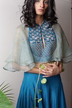 Best site to plan a modern Indian wedding, WedMeGood covers real weddings… Kurta Designs, Saree Blouse Designs, Indian Attire, Indian Wear, Indian Dresses, Indian Outfits, Hippie Style, Lehenga, Look Short