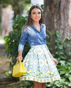 Estampa mais linda da nova coleção da @jeandarrot Amoooo esse Mix do limão com azul. Sem fala como veste bem! Fica super princesa. E a camisa jeans com detalhes bordados? by lalanoleto
