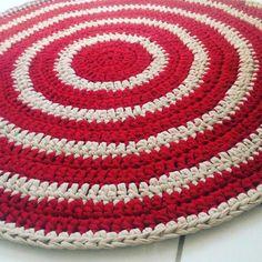 Tapete feito em crochê com fio de malha, um material resistente, com cores firmes, tem ótimo caimento. <br>De lavagem/ secagem práticas. <br>Também pode ser feito cesto/ revisteiro para coordenar a decoração.