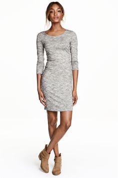 Трикотажное платье: CONSCIOUS. Облегающее платье длиной до колена из слаб-трикотажа из органического хлопка. Рукава длиной три четверти.