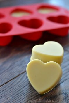These Easy Homemade Lotion Bars are a wonderful, convenient, ultra-moisturizing DIY beauty product. Made with simple all natural ingredients, they are quick to make but last longer than regular lotions. Diy Lotion, Lotion Bars, Homemade Beauty, Diy Beauty, Homemade Things, Beauty Ideas, Beauty Care, Beauty Tips, Natural Wart Remedies