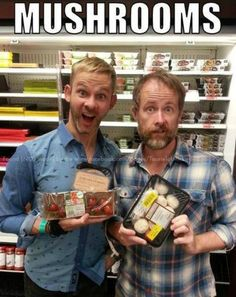 Dominic Monaghan (Merry) and Billy Boyd (Pippin) finally found some mushrooms! <--and ash-less tomatoes!!