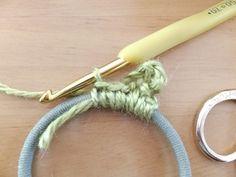 続けて、 鎖7目→細編み3目→鎖3目→細編み3目 以上を1セットにして繰り返します。 Scrunchies, Crochet Headbands, Handmade, Dressmaking, Buttons, Headband Crochet, Hand Made, Handarbeit