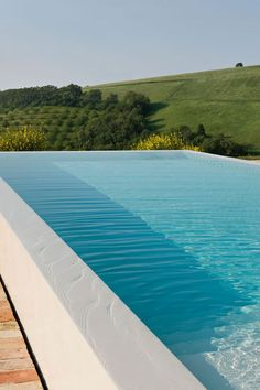 Do you want to build a swimming pool in your backyard but don't know how to negotiate your sloping block? We recommend this list of negative edge pools (infinity pool), glass edge pools or out of ground pools. Infinity Pools, Infinity Pool Backyard, Infinity Edge Pool, Oberirdische Pools, Cool Pools, Above Ground Swimming Pools, In Ground Pools, Building A Swimming Pool, Moderne Pools