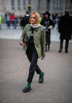 The Best Street Style to Inspire Your Winter Looks street style fashion style paris lookb Street Style Outfits, Looks Street Style, Fashion Outfits, Winter Looks, Quilted Jacket Outfit, Winter Outfits, Street Style Vintage, Look Girl, Hipster Grunge