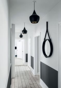 luminaire pour entrée et couloir éclairage décoratif suspensions Decoration Hall, Hallway Paint, Small Entrance, Flur Design, Long Hallway, Upstairs Hallway, Hallway Inspiration, Hallway Designs, Hallway Ideas