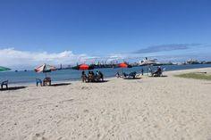 Le front de mer de Tamatave avec le port de commerce en arrière-plan ©Salaün Holidays