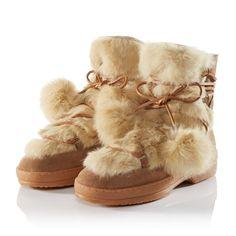 Für Spaziergänge bei Neuschnee am allerschönsten. Aus beigefarbenem Veloursleder, mit wärmendem Einsatz aus gefärbtem Echtfell und Echtfellbommeln an den Lederschnürbändern.