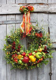 Wianek jesienny zawieszony na wstążkach z owoców i gałązek. Dekoracja do domu, do restauracji, na drzwi. Ozdoba, dodatek, pomysł na prezent.