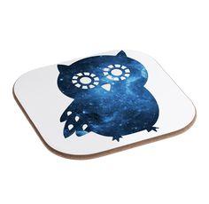 Quadratische Untersetzer Eule Seitenflügel aus Hartfaser  natur - Das Original von Mr. & Mrs. Panda.  Dieser wunderschönen Untersetzer von Mr. & Mrs. Panda wird in unserer Manufaktur liebevoll bedruckt und verpackt. Er bestitz eine Größe von 100x100 mm und glänzt sehr hochwertig. Hier wird ein Untersetzer verkauft, sie können die Untersetzer natürlich auch im Set kaufen.    Über unser Motiv Eule Seitenflügel  Diese niedliche Eule ist unser Bestseller! Sie ist genau das Richtige für alle…