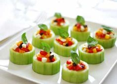 refreshing mini baskets: cucumber stuffed with diced mozarella, black olives and bell peppers. Thanksgiving Appetizers, Thanksgiving Recipes, Mozarella, Food Carving, Nutrition, Vegetable Drinks, Light Recipes, Clean Eating Snacks, Appetizer Recipes