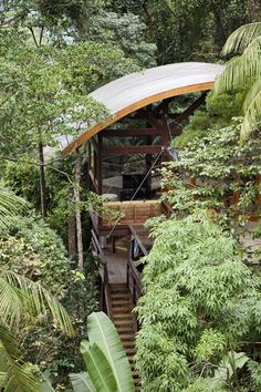 The Praia do Félix Beach House was completed by the São Paulo based studio Vidal & Sant'Anna. The Praia do Félix Beach House enjoys stunning views over Tropical Beach Houses, Small Beach Houses, Estilo Tropical, Tree House Designs, Green Architecture, Urban, Outdoor Structures, House Styles, Building