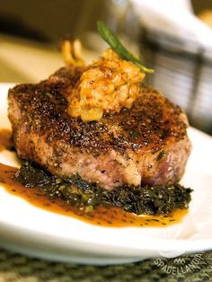 Il Filetto di maiale con senape e mela su letto di spinaci è una pietanza saporita e ricca di ferro che si presta anche per una cenetta più raffinata.