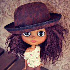 Cabelo cacheado e cabelo crespo com chapéu pode sim! Portanto, escolha o acessório de sua preferência, coloque-o na cabeça e seja feliz!
