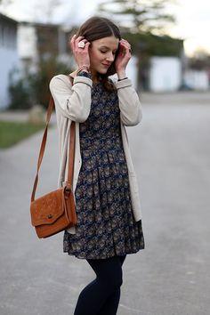 ちょっぴり肌寒い時期、コートを着るほど寒くはないいまの季節に使えるのが「ロングカーディガン」。1枚持っているとかなり使える「ロングカーディガン」のお洒落な着こなしをご紹介!