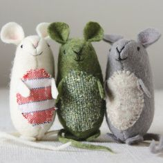 A free pattern and tutorial to make adorable felt mice - quick and easy to make, lovely as ornaments and gifts.