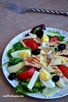 Rapide à préparer, savoureuse, healthy et parfaite pour ce temps estivale, cette salade composée fera certainement l'unanimité! La recette pour 4 personnes: 4 filets de poulet 4 oeufs 4 tomates De la salade verte (jeunes pousses) Du fromage au choix (Emmental,...