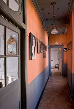 The corridor comes out of the dark! - Trendy Home Decorations Entry Stairs, Entry Hallway, Decoration Inspiration, Interior Inspiration, Room Inspiration, Foyer Decorating, World Of Interiors, French Interior, White Rooms